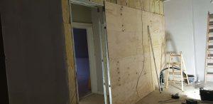 tømrer og låsesmed skal sætte væg og dør op